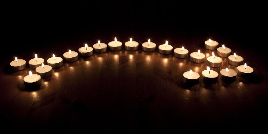 Pfeil aus Kerzen - Kreativität bei der Verlobung zu Hause
