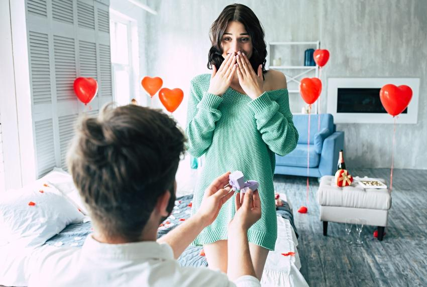 Junger Mann macht Freundin einen Heiratsantrag - Verlobung zu Hause