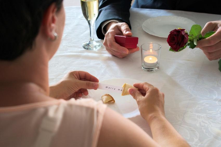 """Junger Mann hat die Botschaft """"marry me"""" in einem Glückskeks versteckt - Verlobung zu Hause"""