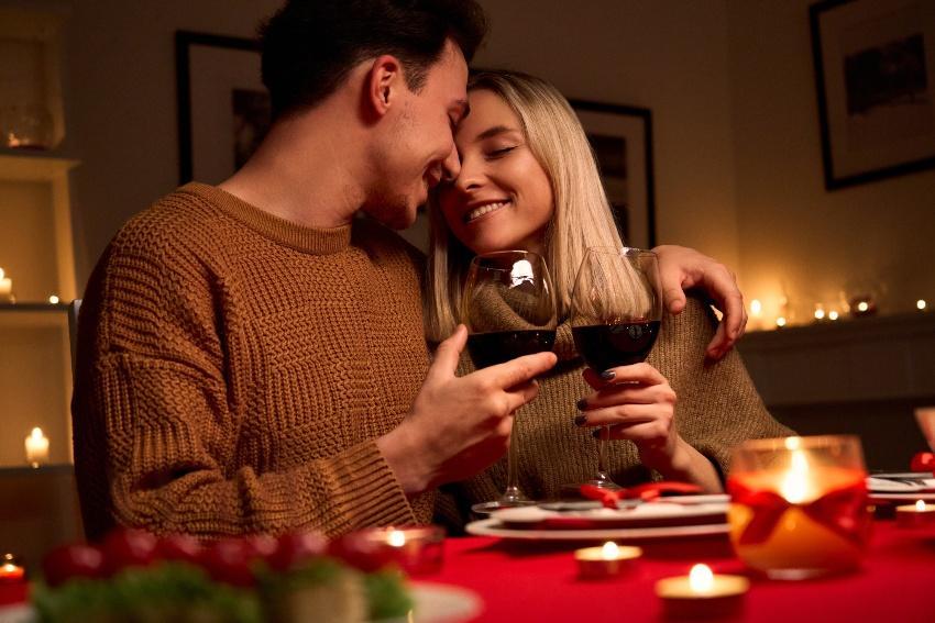 Junges Paar bei einem Candle Light Dinner - Verlobung zu Hause