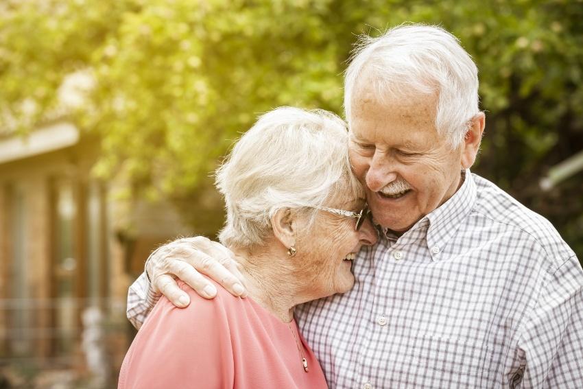 Altes Ehepaar, Frau lehnt an Schulter ihres Mannes - die Platinhochzeit