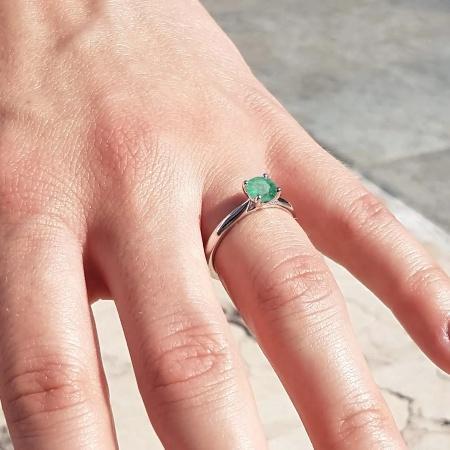 Terry 0,50 ct. Verlobungsring aus Platin mit Grüner Smaragd (0,50 ct.)
