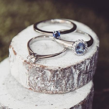 Wunderschöne Verlobungsringe mit unterschiedlichen Steinen wie Diamant und Saphir