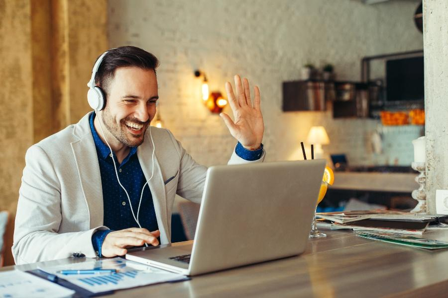 Junger Mann in einem Online Call - Online-Beratung