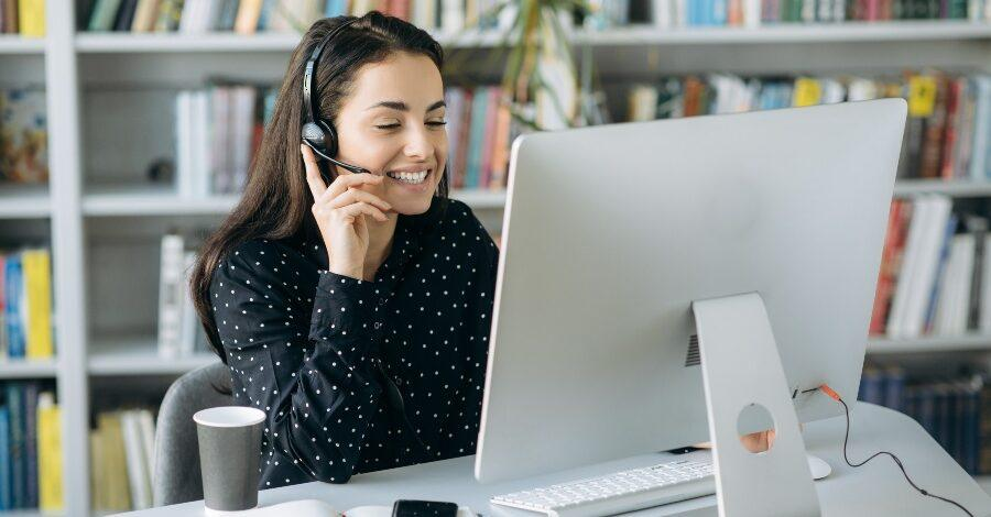 Junge Frau im Online-Call - Online-Beratung