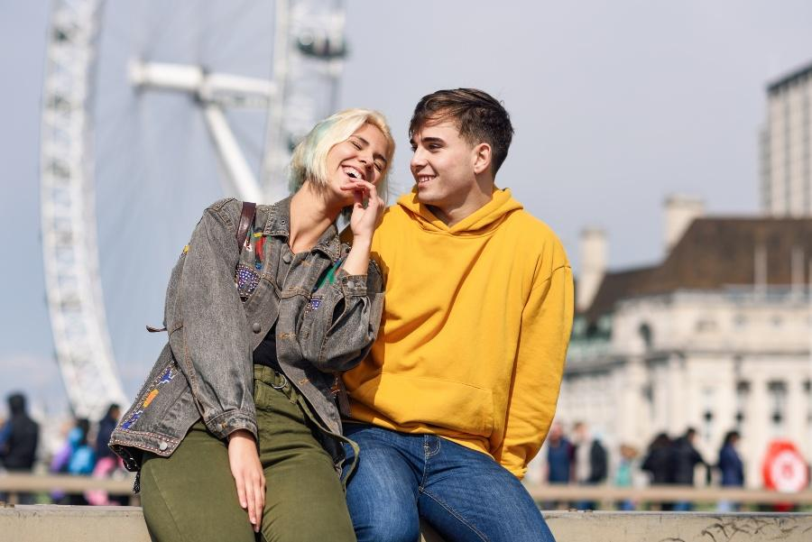 Junges Paar vor London Eye Riesenrad