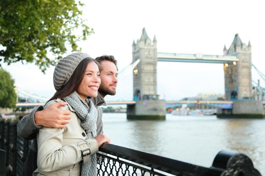 Junges Paar vor der Tower Bridge in London - Heiratsantrag in London
