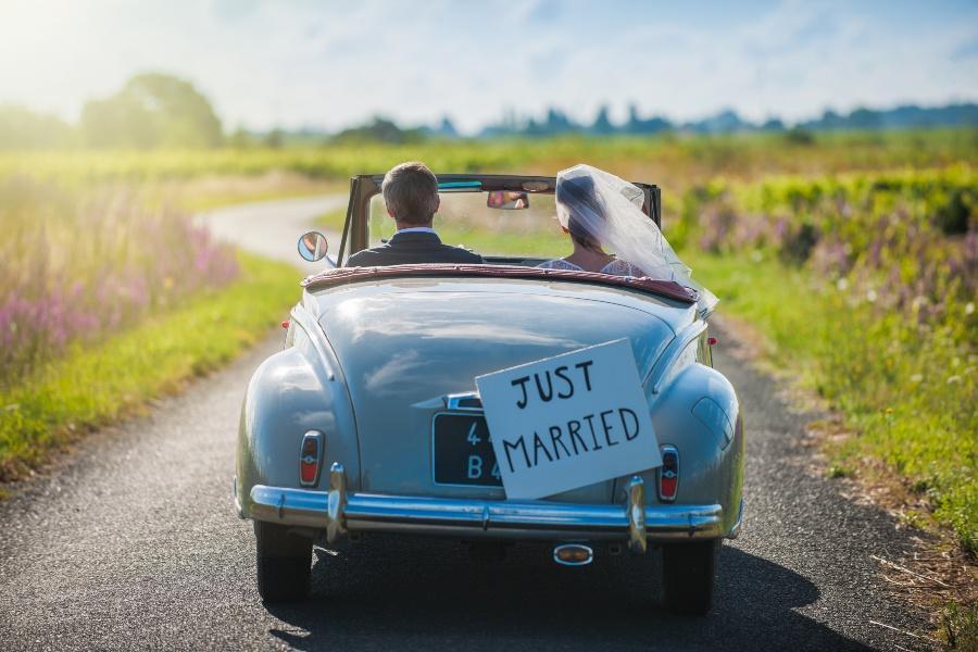 Ehepaar fährt in Oldtimer davon - Just Married - Hochzeitsbräuche aus aller Welt