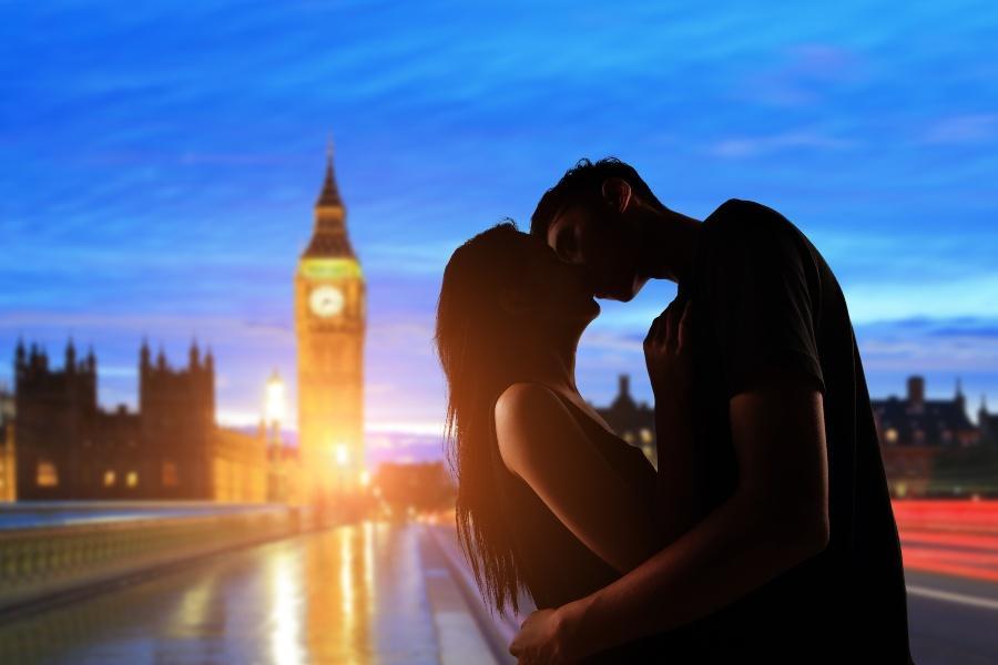 Junges Paar küsst sich vor dem leuchtenden Big Ben - Heiratsantrag in London
