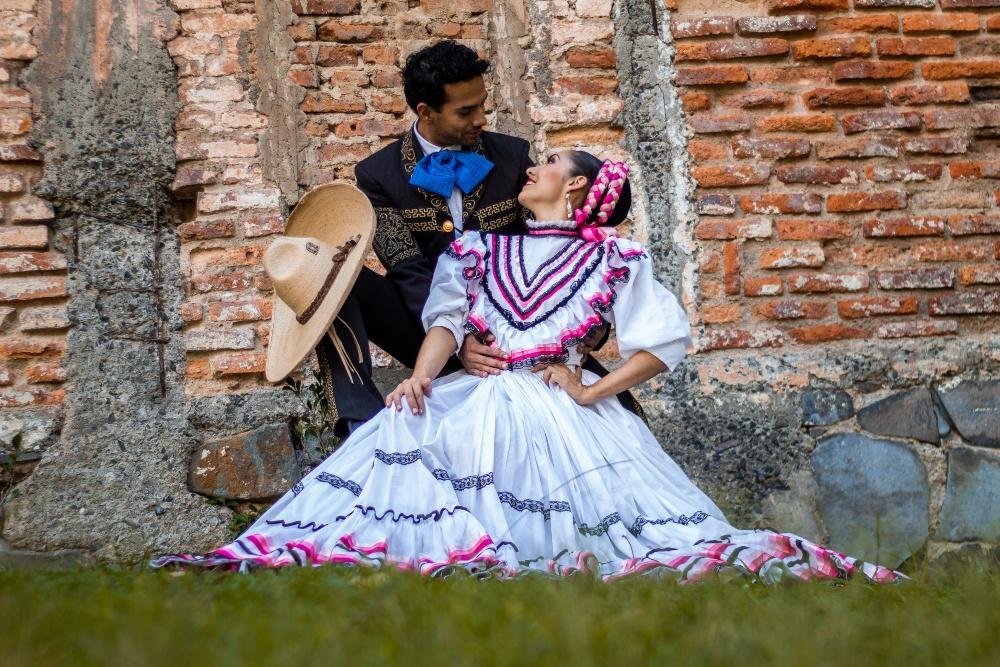 Mexikanisches Paar in traditioneller Kleidung