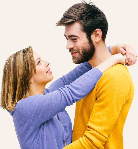 Mann und Frau mit Verlobungsringe und Antrag